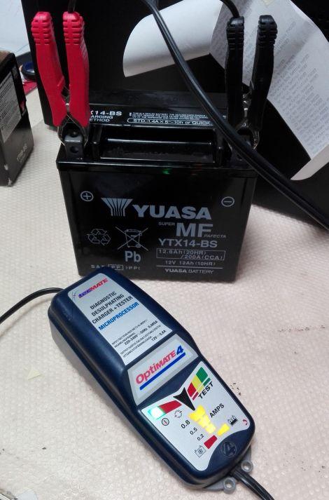 Zárt cellás akkumulátorok első üzembe helyezése - 6. lépés  megfelelő  akkumulátor töltővel töltsük fel 36574fdd19